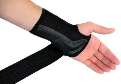 Novamed Comfort polsbrace aantrekken